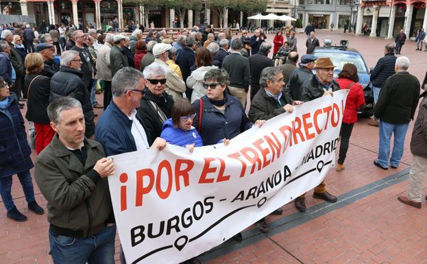 Un grupo de personas ha vuelto a concentrarse en la Plaza Mayor para denunciar esta situación/IAC