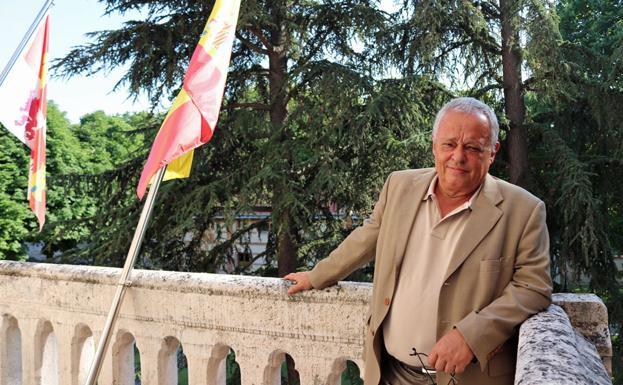 Santonja en un balcón del Palacio de la Isla, sede del Instituto de la Lengua