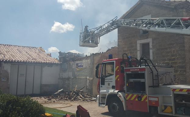 El incendio se ha desatado en una de las pequeñas edificaciones del Antiguo Barrio de Gamonal/@BarrioDeGamonal