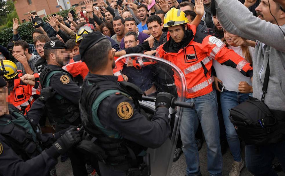 Partidarios del referéndum increpan a la Guardia Civil en San Julià de Ramis, el lugar donde debía votar Carles Puigdemont el 1-O./AFP