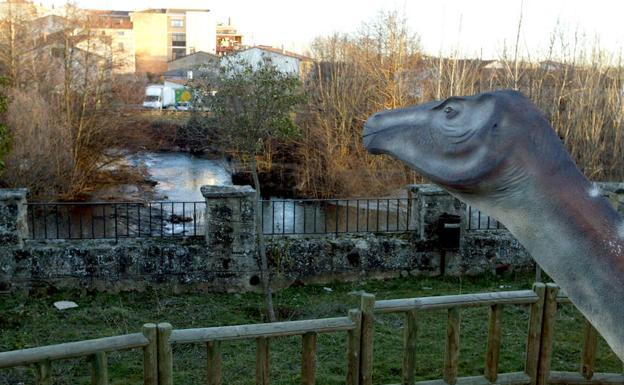 Imagen de una de las réplicas de dinosaurios que hay en Salas de los Infantes. /Rubén Cacho / Ical