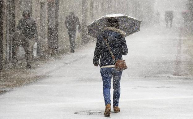 Por un momento, la ciudad ha quedado cubierta por una ligera capa de nieve/Ricardo Ordóñez/ICAL