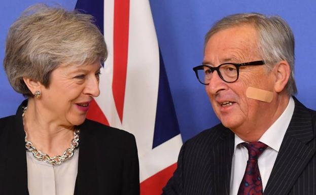 Theresa May (i) y Jean-Claude Juncker (d)./AFP