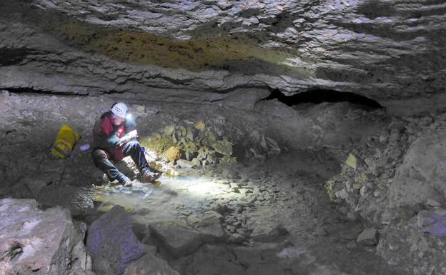 Uno de los miembros del equipo técnico durante la exploración de Cueva Román de Clunia. Toma de muestras químicas y biológicas para su análisis./Grupo de Tecnologías en Entornos hostiles de la Universidad de Zaragoza