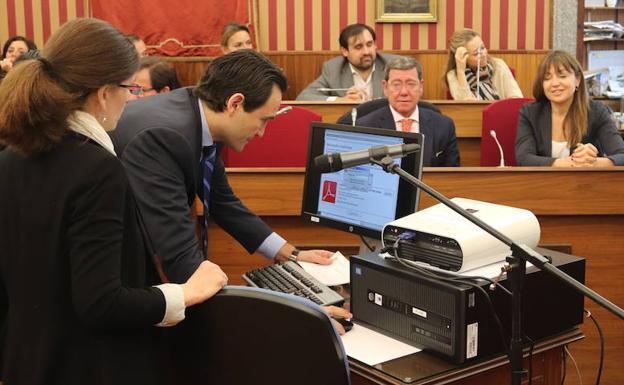 El secretario general de la Corporación, Luis Alberto Manero, firma electrónicamente el documento con los nombres de los elegidos.