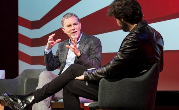 Reed Hastings charla con el actor Álvaro Morte./Efe