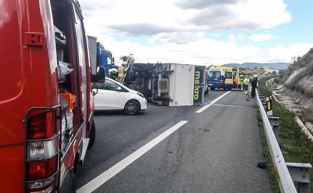 Camión accidentado en la A-1. /R. C.