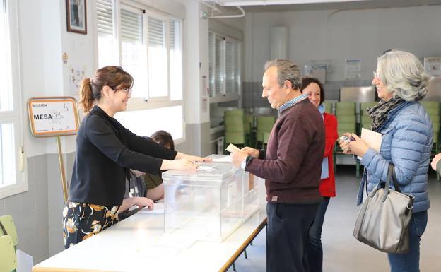 Un burgalés deposita su voto en el colegio Venerables./CC
