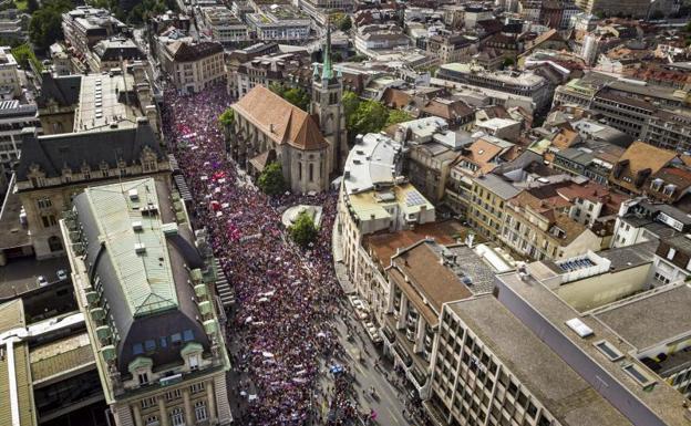 Las mujeres salen a la calle por la igualdad en Suiza