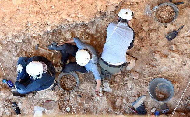 Investigadores trabajando rn Atapuerca. /Ricardo Ódoñez / ICAL