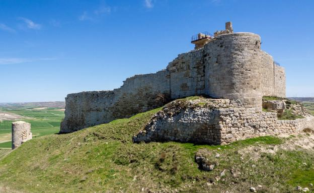 Restos del castillo de Castrojeriz, que domina la llanura desde un otero situado en las afueras de la localidad./