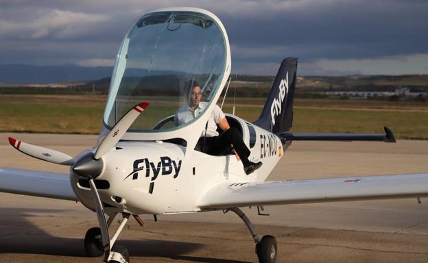 Un alumno de la escuela se baja del avión tras un vuelo desde Galicia en el aeropuerto de Villafría./Ámc