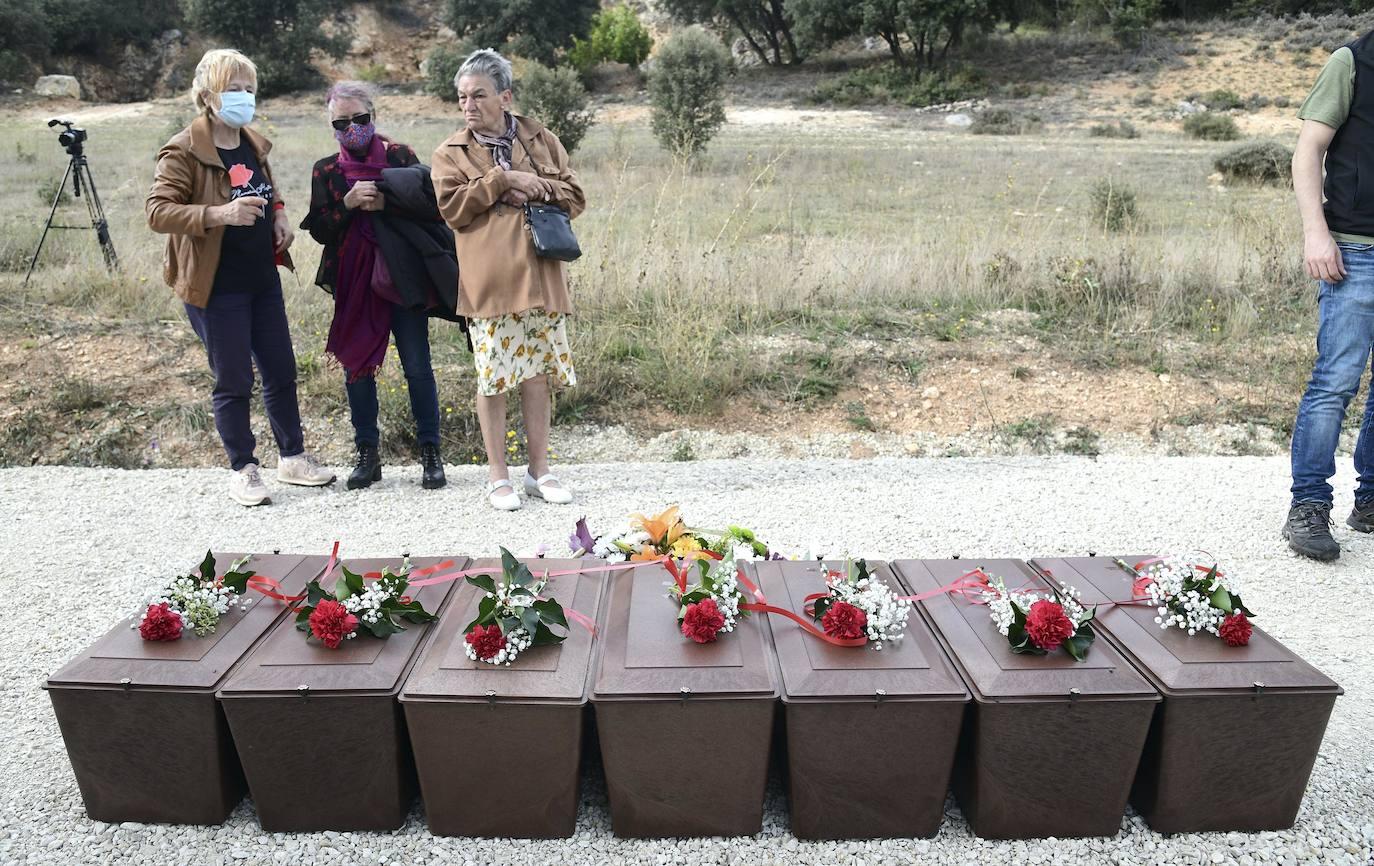 Acto de reinhumación y homenaje de las víctimas exhumadas en La Paredeja./Ricardo Ordóñez.